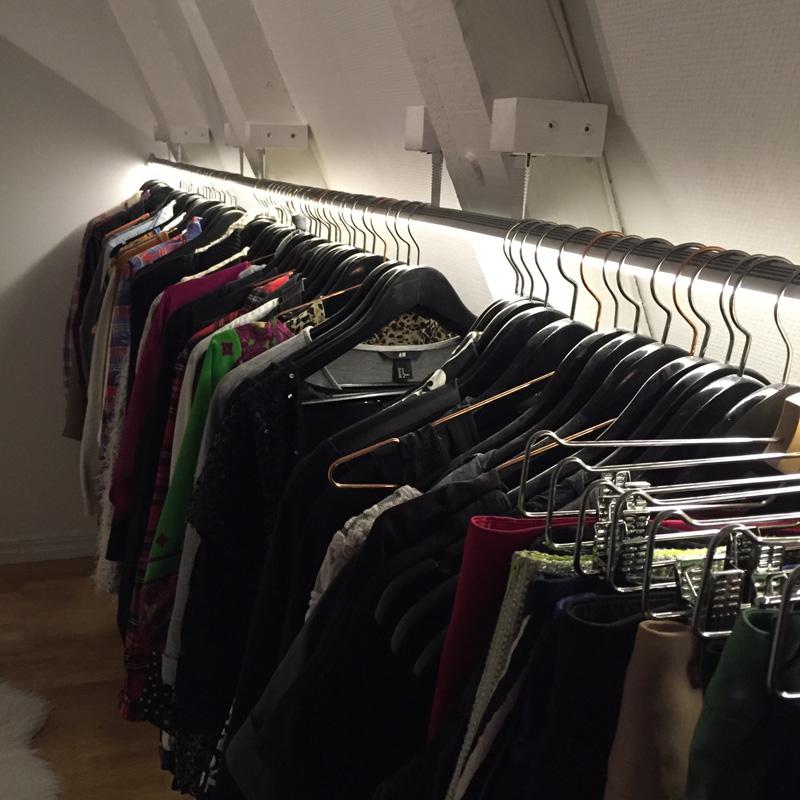 Ljus i klädstång i garderob