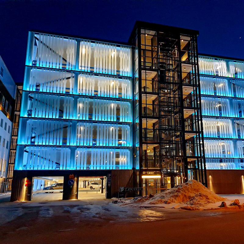 Parkeringshus med RGB Fasadbelysning