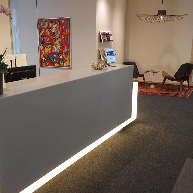 Receptionsdisk hotell. Specialbyggd receptionsdisk med inbyggd LED-tejp.