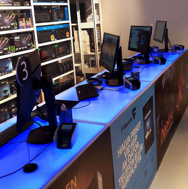 Webbhallen. Kundkassa i Webbhallens butik på Triangeln i Malmö. RGB LED-tejp.