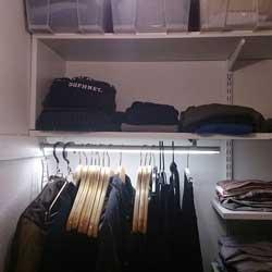 Garderob. LED-tejp i klädstången är ett smart sätt att få bättre belysning i garderoben samtidigt som det ser snyggt ut.